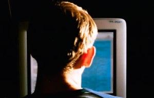 Hombre-usando-computadora-oscuridad-hackingcongress.org_